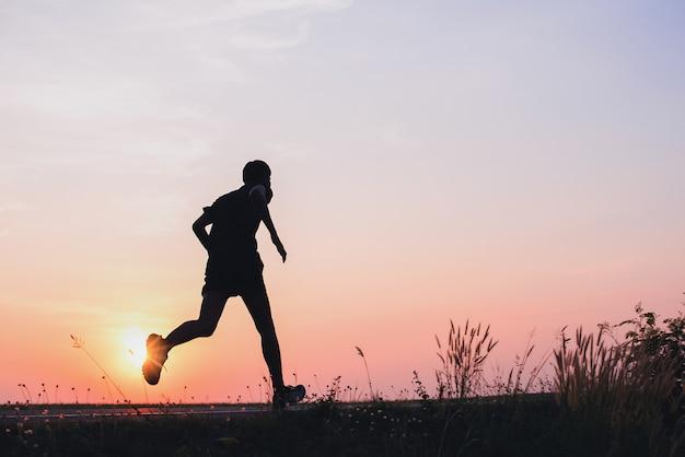 El hombre con corredor en la calle corre para hacer ejercicio.
