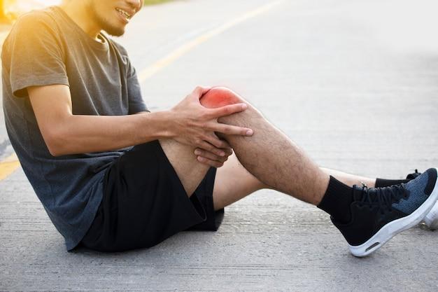 Hombre corredor corriendo para el ejercicio en la mañana, pero el dolor de rodilla accidente