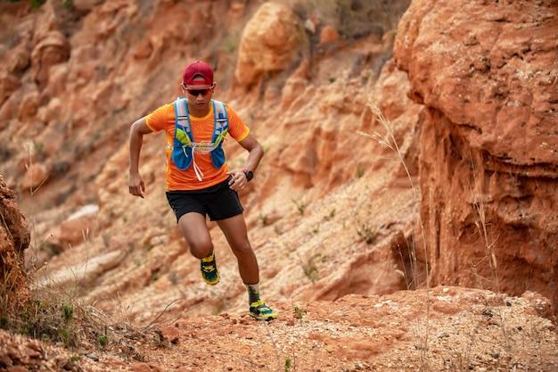 Un hombre corredor de trail. y pies de atleta con calzado deportivo para correr en las montañas