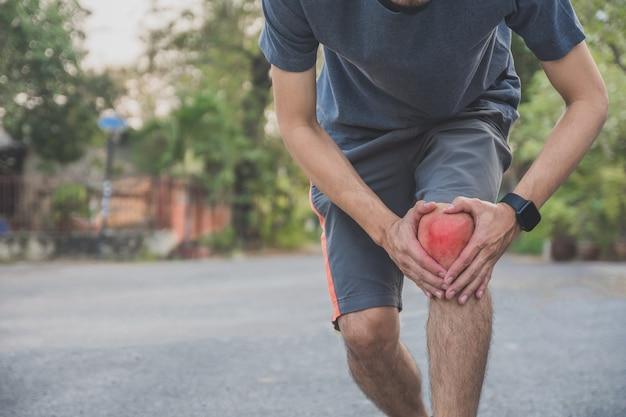 Hombre corredor trotar para hacer ejercicio en la mañana pero dolor de rodilla por accidente mientras corre, deporte y saludable