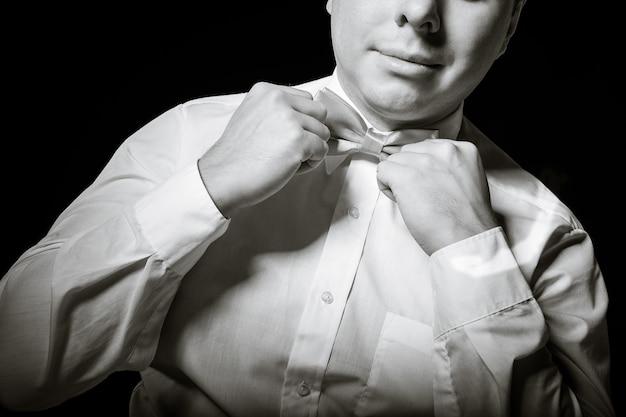 El hombre corrige una corbata