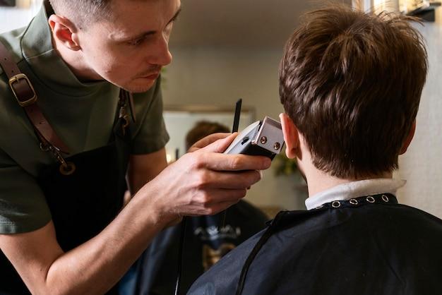 Hombre cortando el cabello de un cliente
