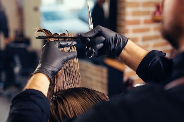 Hombre corte de pelo de moda en peluquería