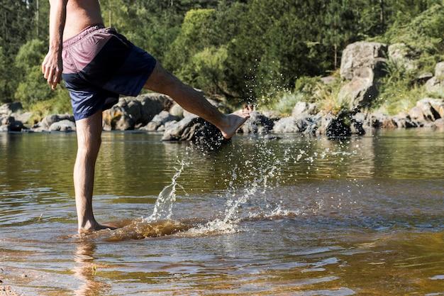 Hombre en la costa en el agua
