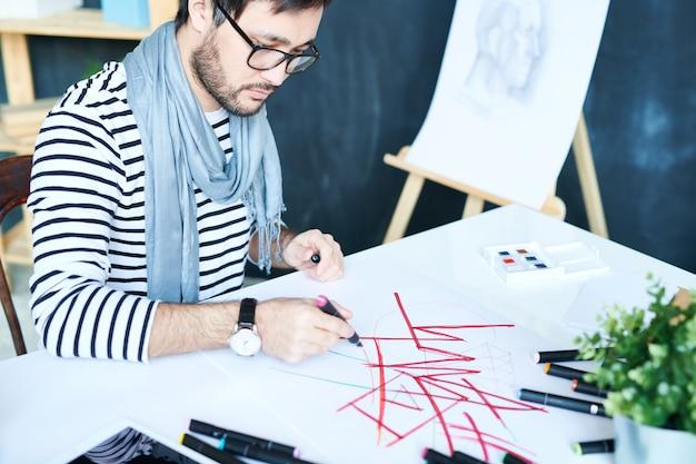 Hombre creativo, dibujo con marcadores