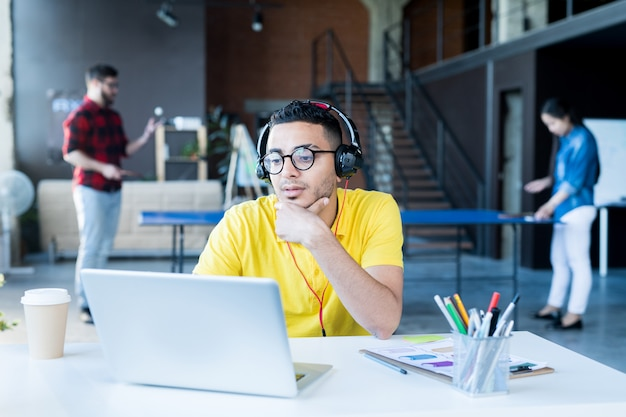 Hombre creativo del medio oriente trabajando en oficina