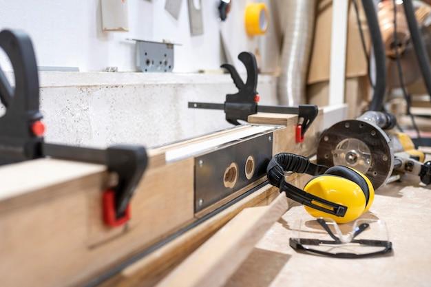Hombre creativo que trabaja en un taller de madera