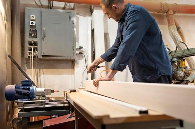 Hombre creativo trabajando en una carpintería