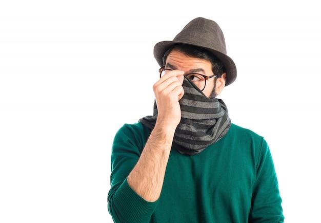 Hombre cubriendo su cara