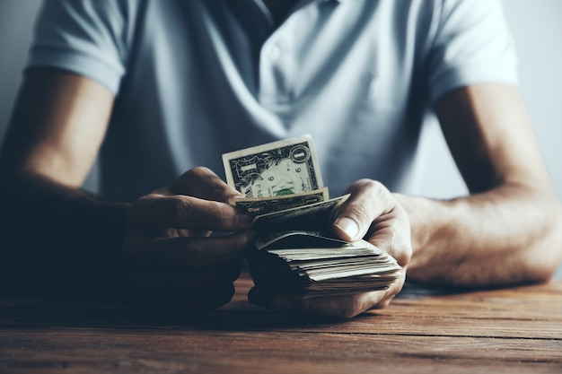 El hombre cuenta el dinero.