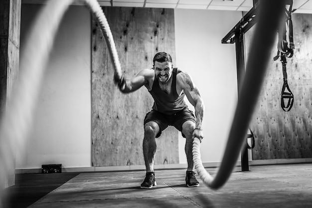 Hombre con cuerda en entrenamiento funcional