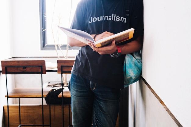 Hombre de cultivo con libro en el aula