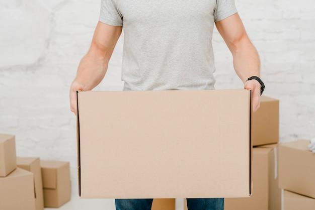 Hombre de cultivos con caja de cartón