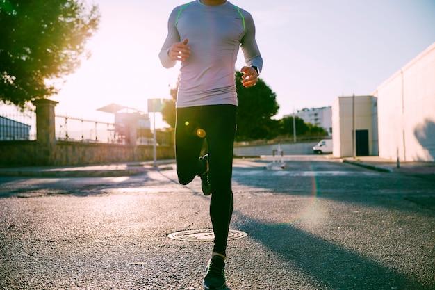 Hombre de cultivos corriendo en la calle