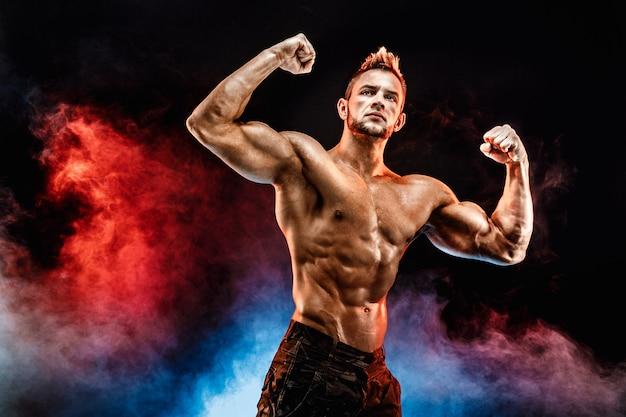 Hombre culturista fuerte en pantalones militares con abdominales perfectos, hombros, bíceps, tríceps, cofre