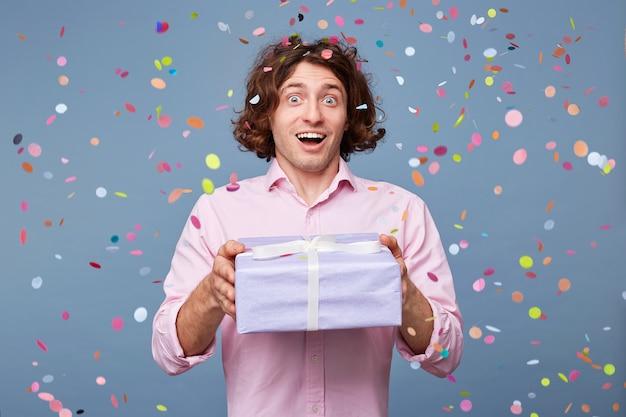 Hombre de cumpleaños acepta felicitaciones
