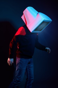 Hombre cyberpunk con un monitor en lugar de una cabeza, adicción a la computadora y tv zombie. zombificación, tv en la cabeza. la influencia de la televisión en el cerebro, la realidad virtual