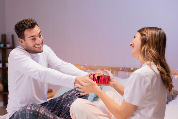 El hombre le da un regalo a una mujer.