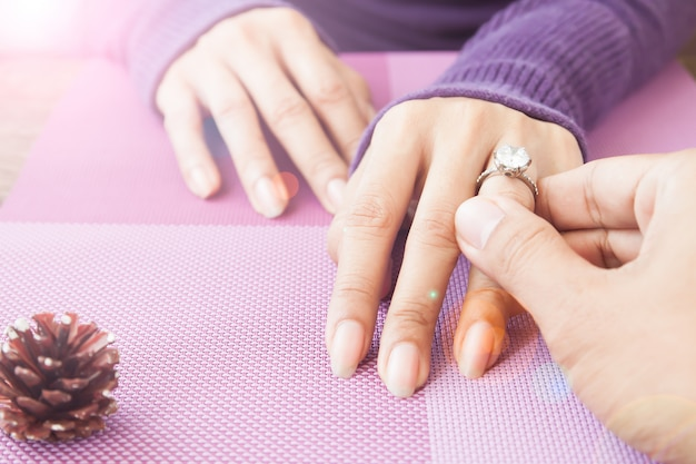 Hombre dando anillo de compromiso a su novia, anillo de bodas, anillo de diamantes