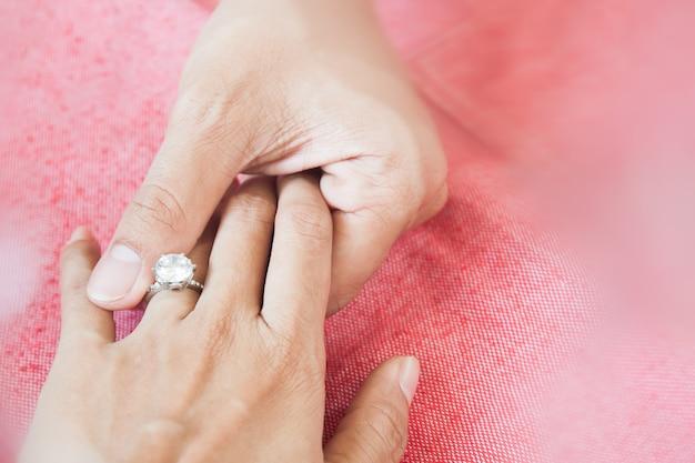 Hombre dando anillo de compromiso a su novia. cásate conmigo. copia espacio
