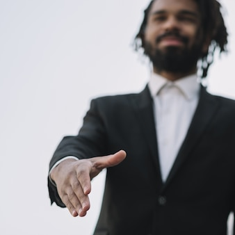 Hombre dando un apretón de manos bajo ángulo