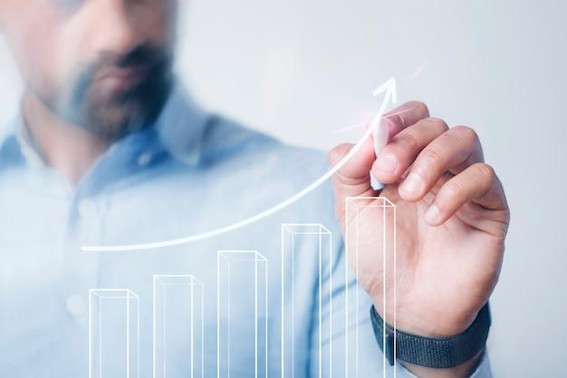 Hombre dando una presentación de negocios con un bolígrafo digital de alta tecnología