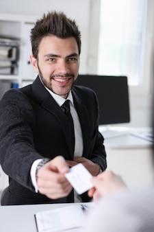 Hombre dar businesscard en oficina