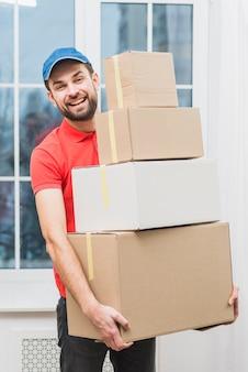 Hombre de entrega alegre con paquetes