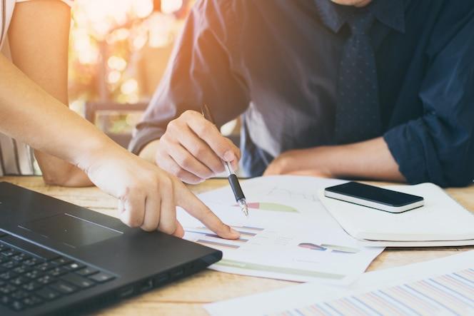 Hombre de negocios apunta a resultados financieros líder