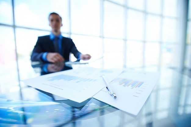 Hombre de negocios con documentos estadísticos