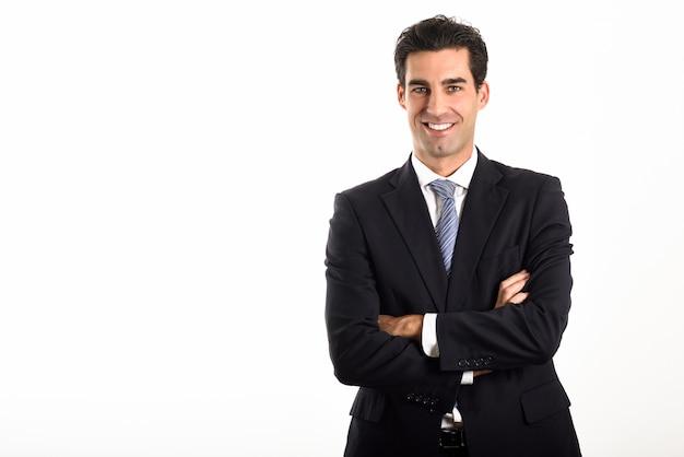 Hombre de negocios con los brazos cruzados y sonriendo