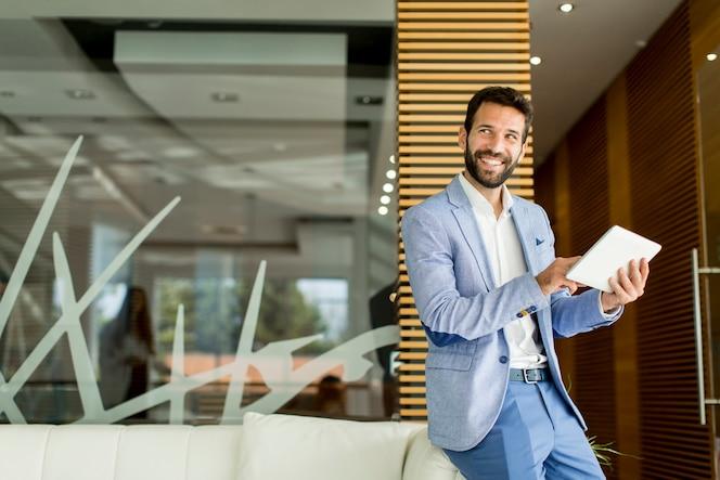 Hombre de negocios con tableta
