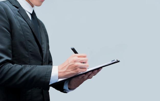 Hombre de negocios joven con el contrato de firma de pluma