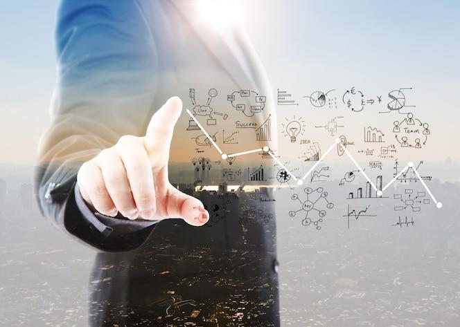 Hombre de negocios señalando gráficos y símbolos