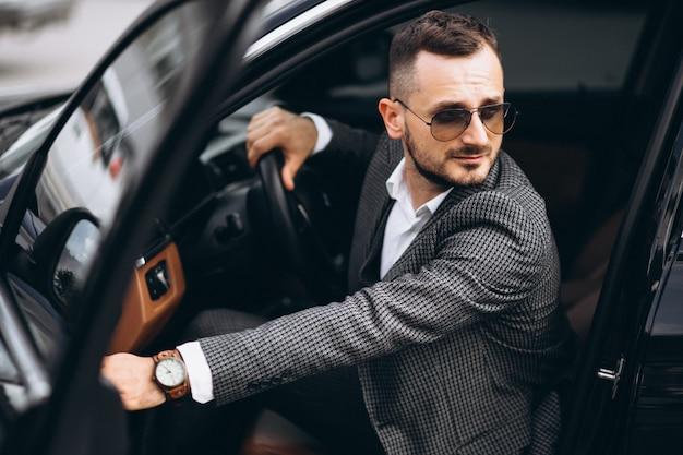 Hombre de negocios sentado en el coche