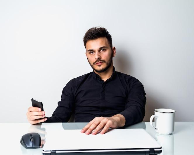 Hombre de negocios trabajando en su oficina