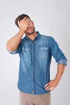Hombre decepcionado con una camisa de mezclilla