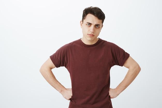 Hombre decepcionado hombre en camiseta roja