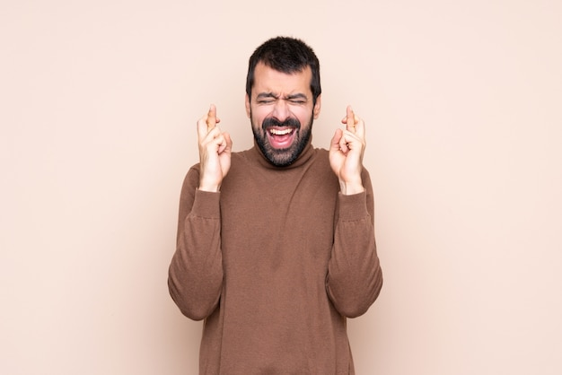 Hombre con dedos cruzando