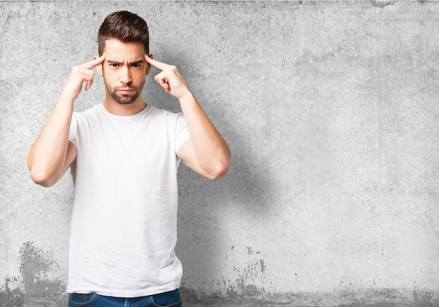 Hombre con los dedos índices en las sienes
