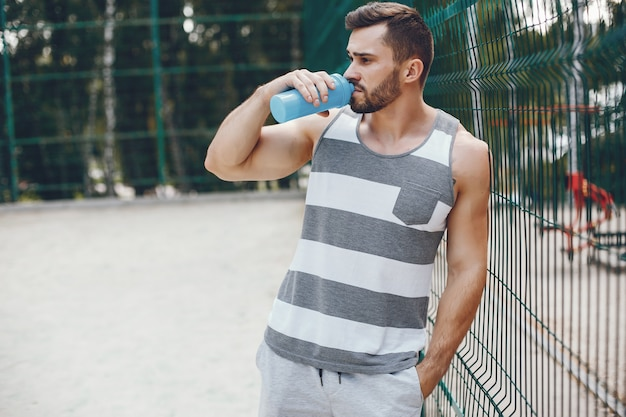 Hombre de deportes en un parque de verano por la mañana