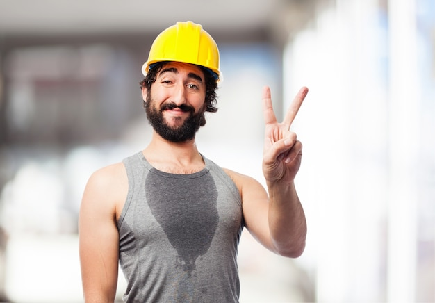 Hombre deportista con un casco