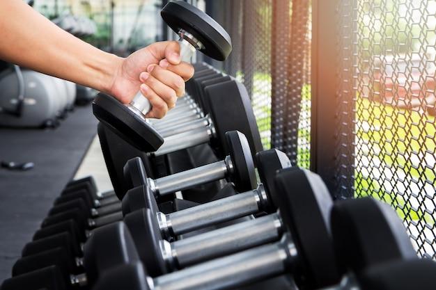 Hombre deportista entrenando en el gimnasio. un hombre levantando pesas