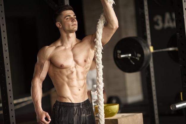 Hombre deportivo con una cuerda.