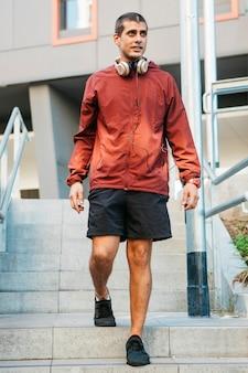 Hombre deportivo en entorno urbano