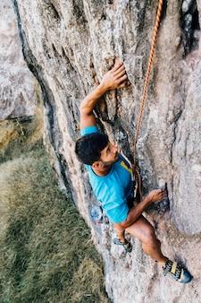 Hombre deportivo escalando