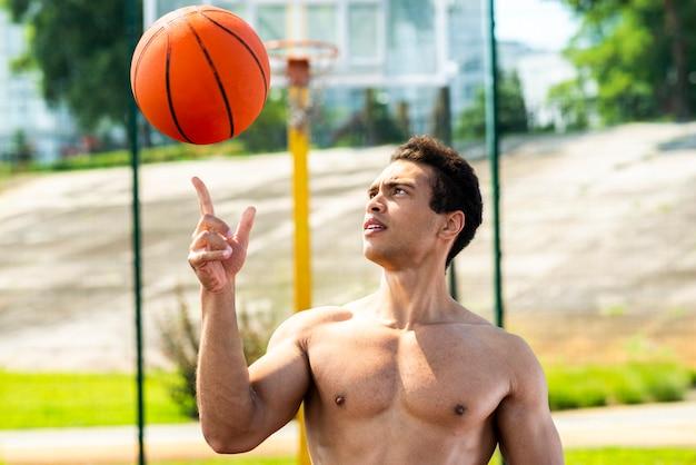 Hombre deportivo practicando un tiro medio truco