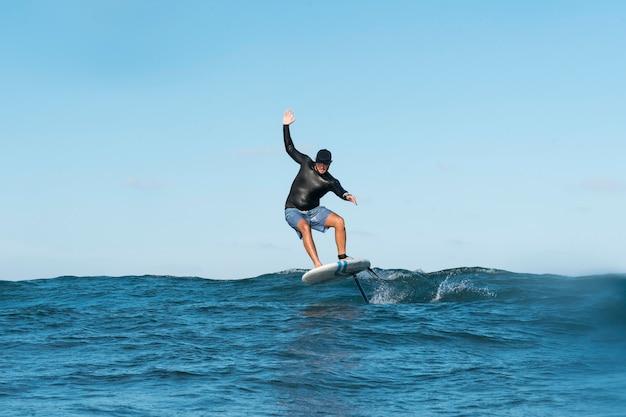 Hombre deportivo surfeando en hawaii