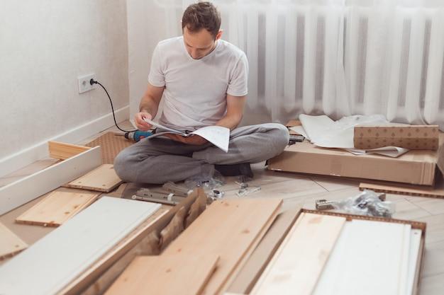 Hombre desconcertado montaje de muebles de madera