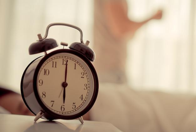 El hombre se despertó temprano el reloj mostrando las 6 en punto